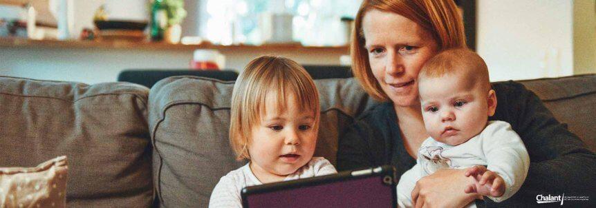 vrouw met kinderen en tablet