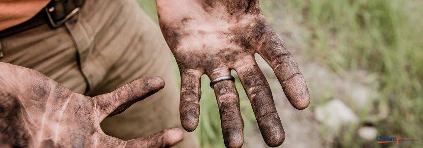 Vuile handen werker